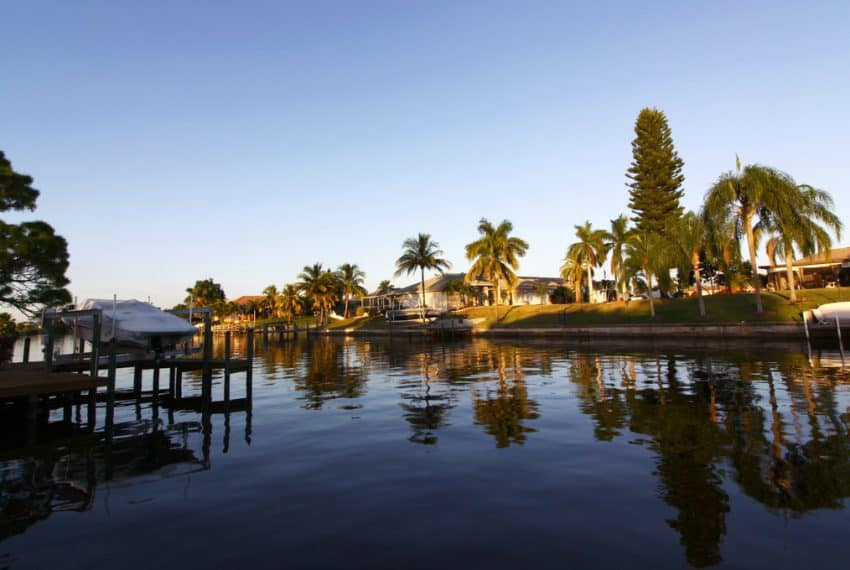 Beautiful_and_large_houses_and_holiday_homes_direct_at_the_canal_Cape_Coral_Florida_terrenosnaflorida-com_shutterstock_558067426_1200x680