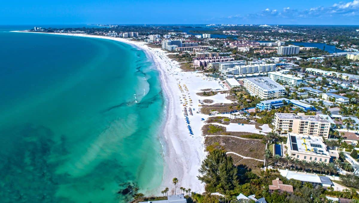 Siesta_Key_Beach_in_Sarasota_FL_1_Beach_in_the_USA_terrenosnaflorida-com_shutterstock_681298525_1200x680