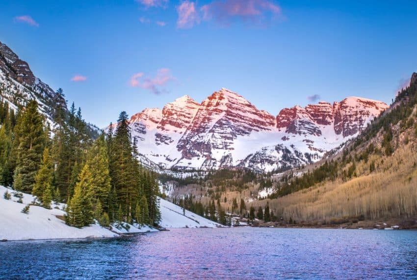 The_Rocky_Mountains_near_Aspen_Colorado_terrenosnaflorida-com_shutterstock_1046235943_1200x680