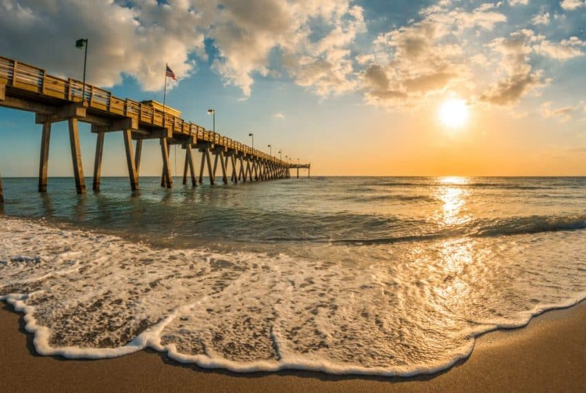 late_afternoon_sun_over_Gulf_of_Mexico_and_Venice_Pier_in_Venice_Florida_terrenosnaflorida-com_shutterstock_1087925372-1200x680