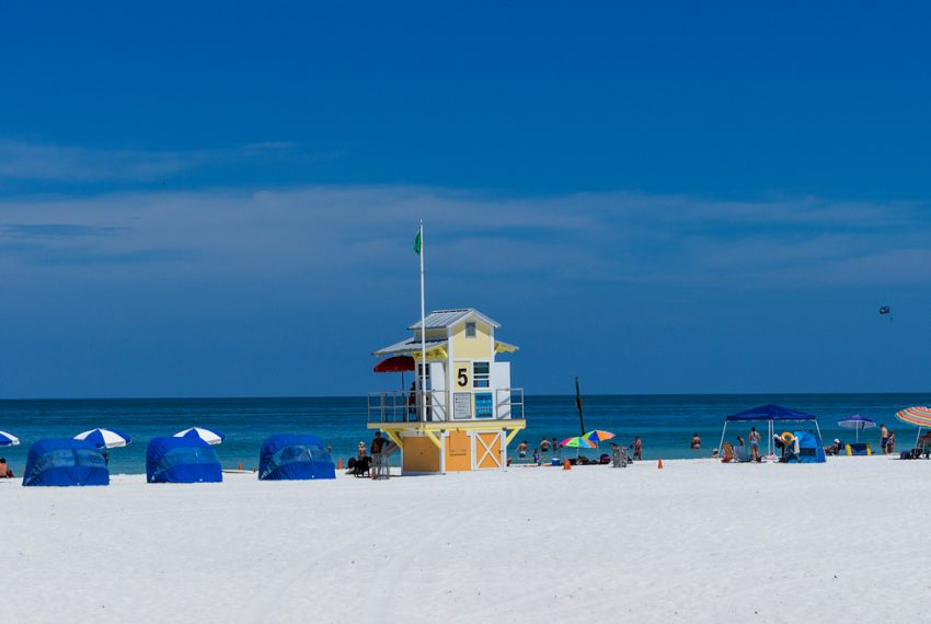 lifeguard_house_and_umbrellas_on_Clearwater_Beach_Tampa_terrenosnaflorida-com_shutterstock_427542604_1200x680